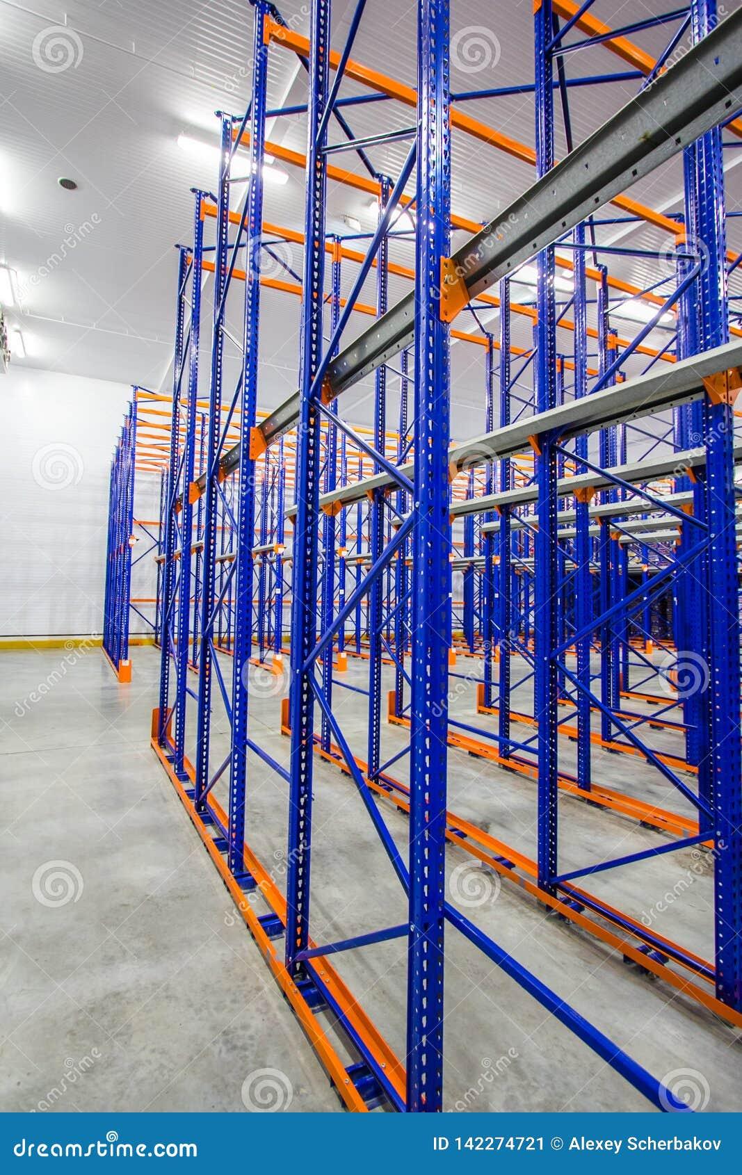 étagères bleues et oranges en métal pour stocker des marchandises dans un grand complexe d entrepôt