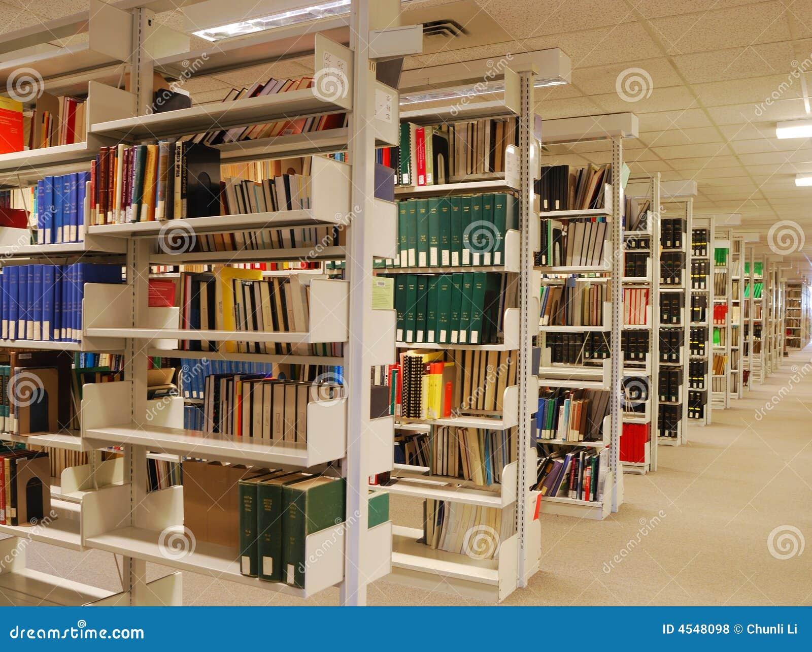 Étagères de livre dans la bibliothèque