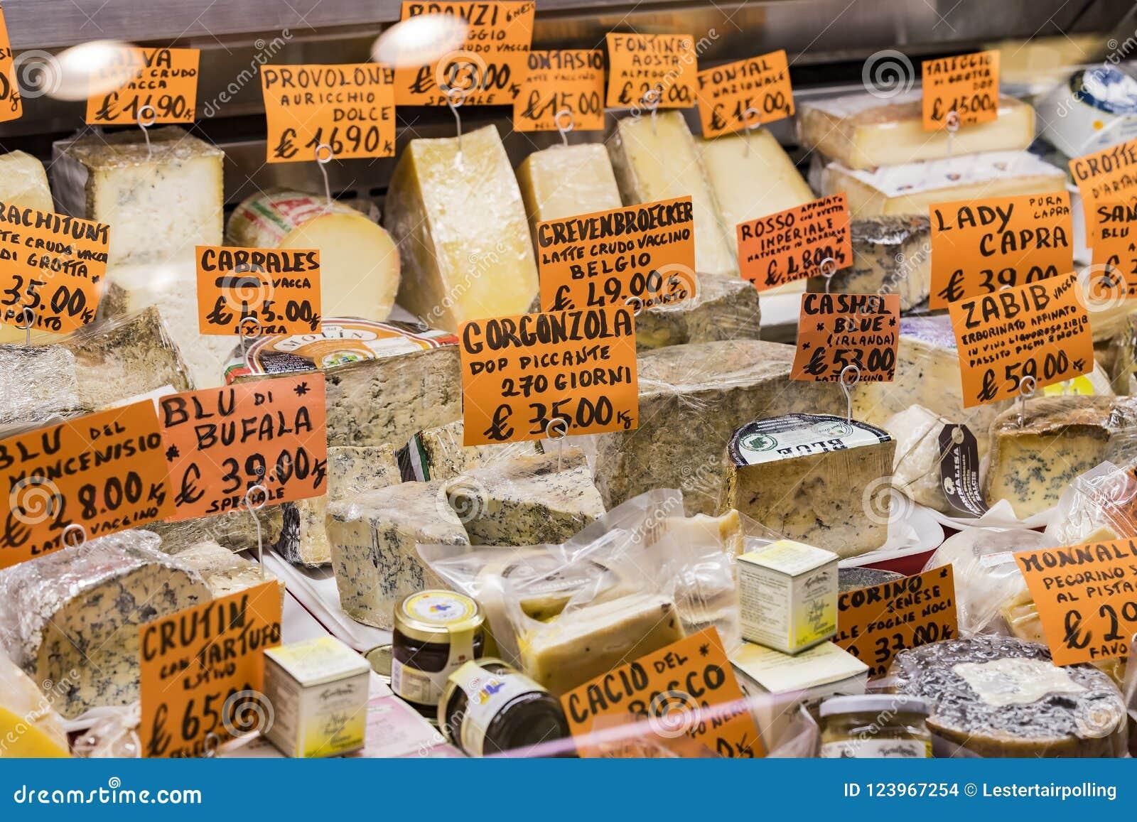 Étalage et étagères de Wagner Market à Milan avec beaucoup de genres de fromages