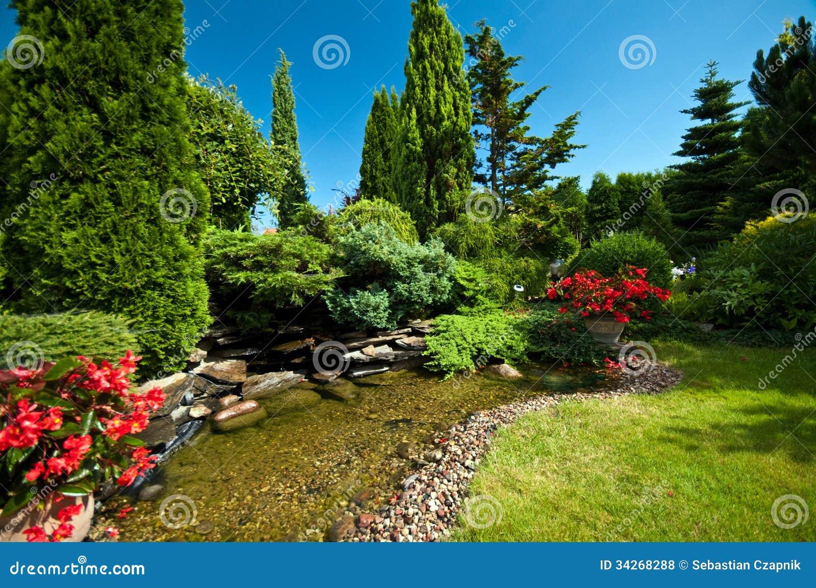 Étang Dans Le Jardin Aménagé En Parc Photo stock - Image du ciel ...