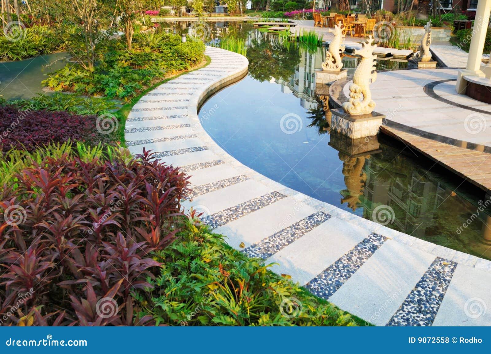 étang de jardin tranquille