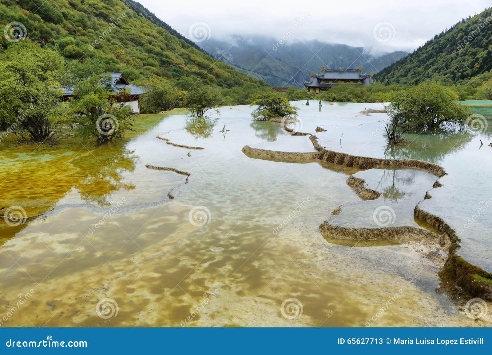 Étang multicolore dans la région scénique de Huanlong