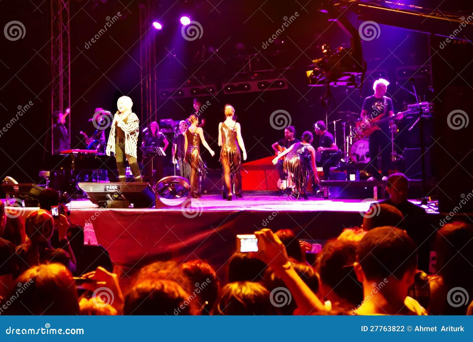 Étape de concert sur la scène parmi les spectateurs excited