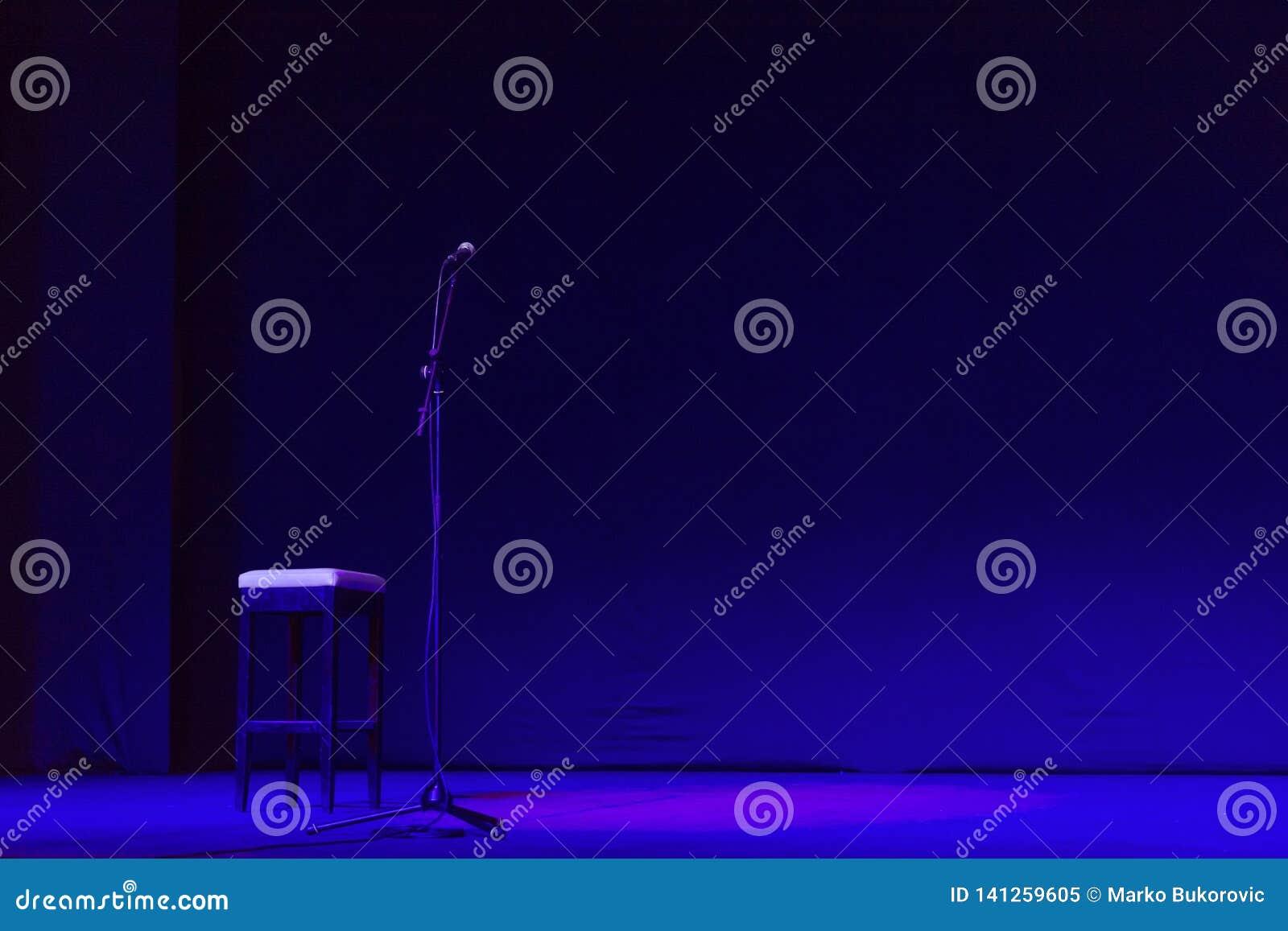 Étape libre avec les lumières, dispositifs d éclairage sur le théâtre