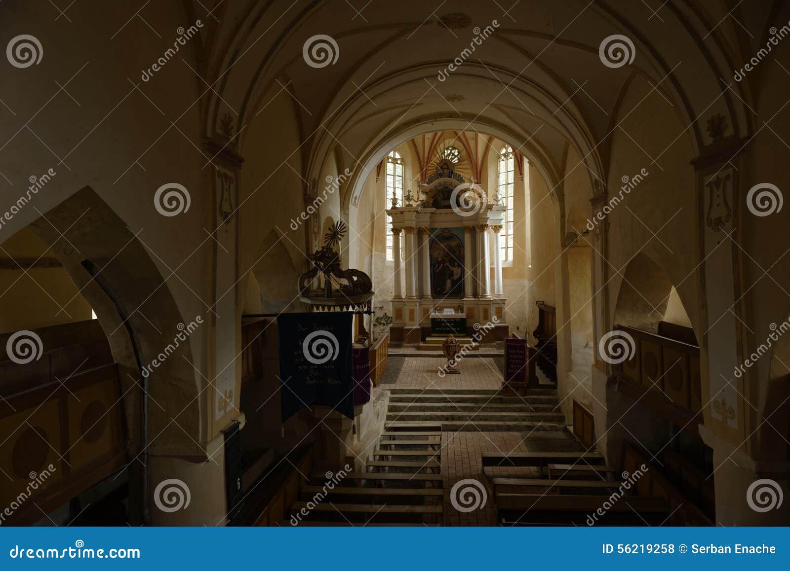 Étapes à changer dans l église, jument de Copsa, la Transylvanie, Roumanie