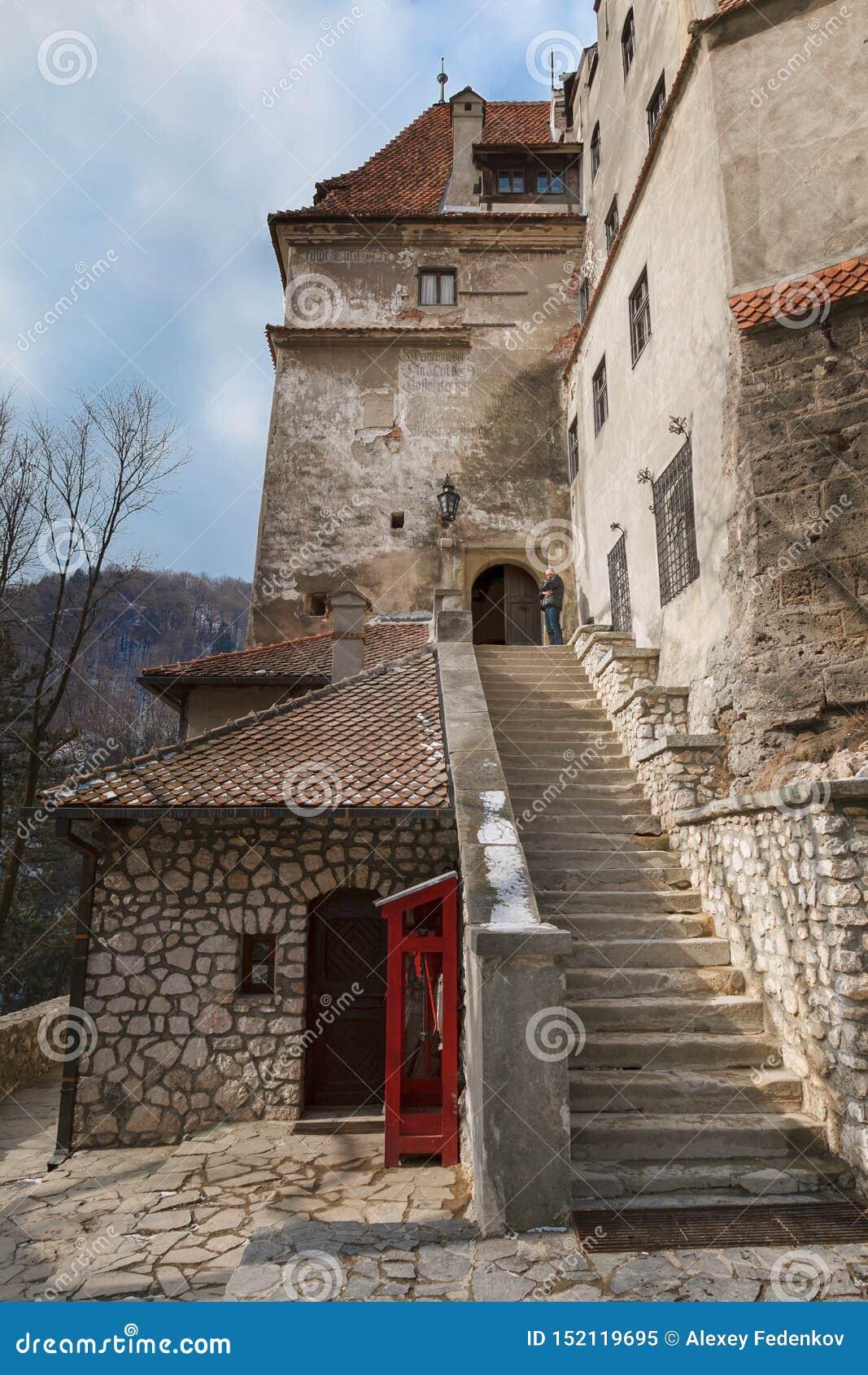 Étapes d un escalier en pierre menant au château du Dracula médiéval de château de son en Roumanie