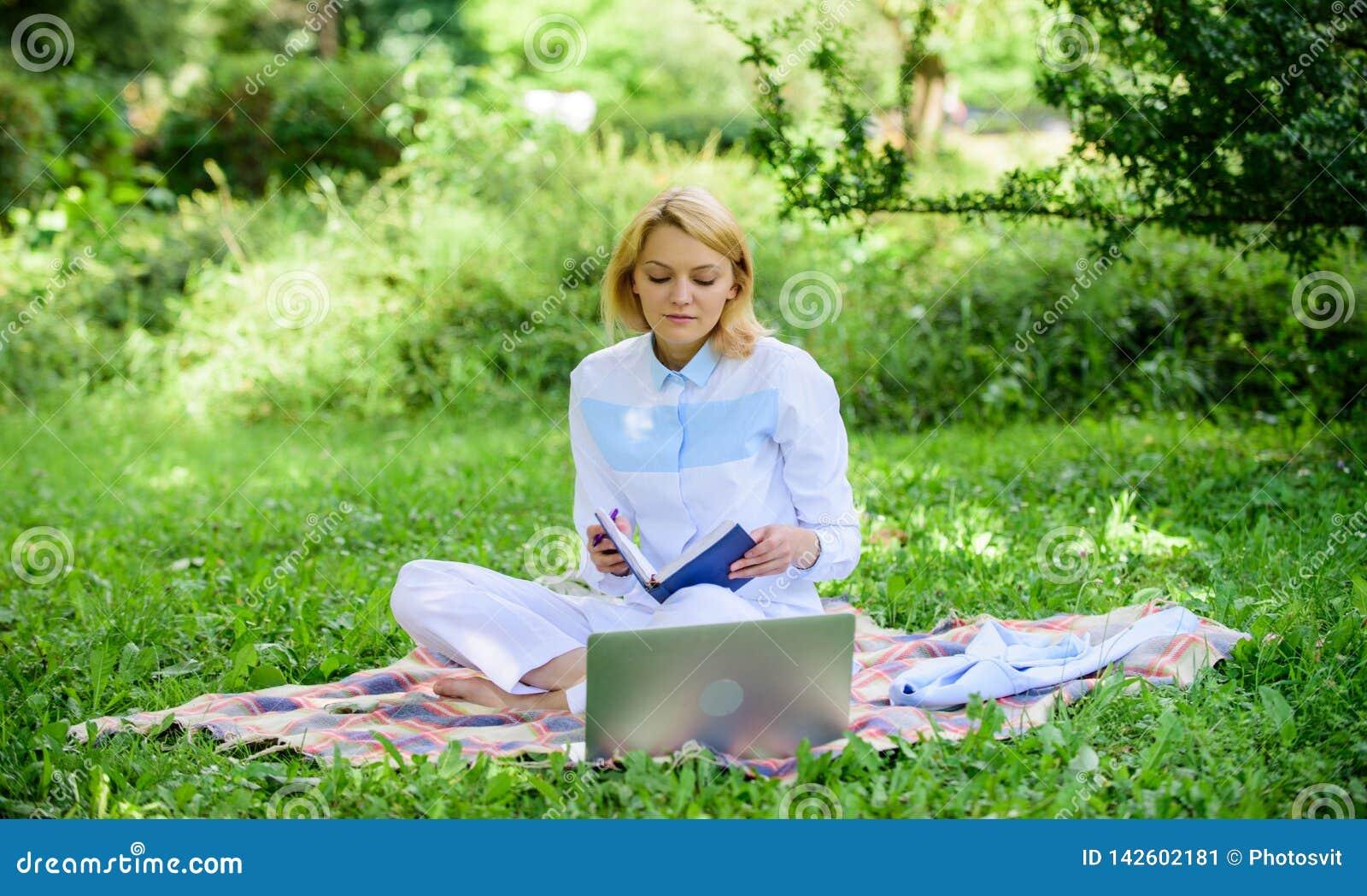 Étapes pour commencer des affaires travaillantes en indépendantes Concept en ligne d idées d affaires La femme avec l ordinateur