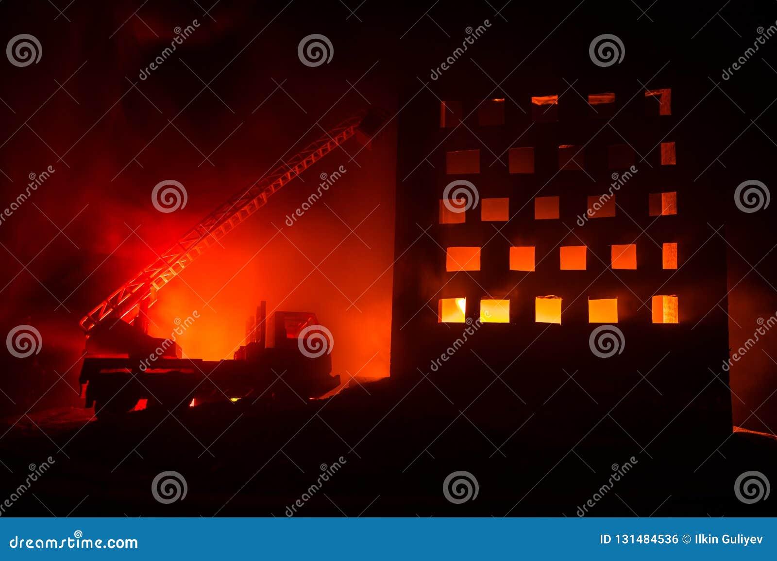 Éteignez-vous le feu d une maison privée la nuit Jouez le camion de pompiers avec la longue échelle et le bâtiment brûlant la nui