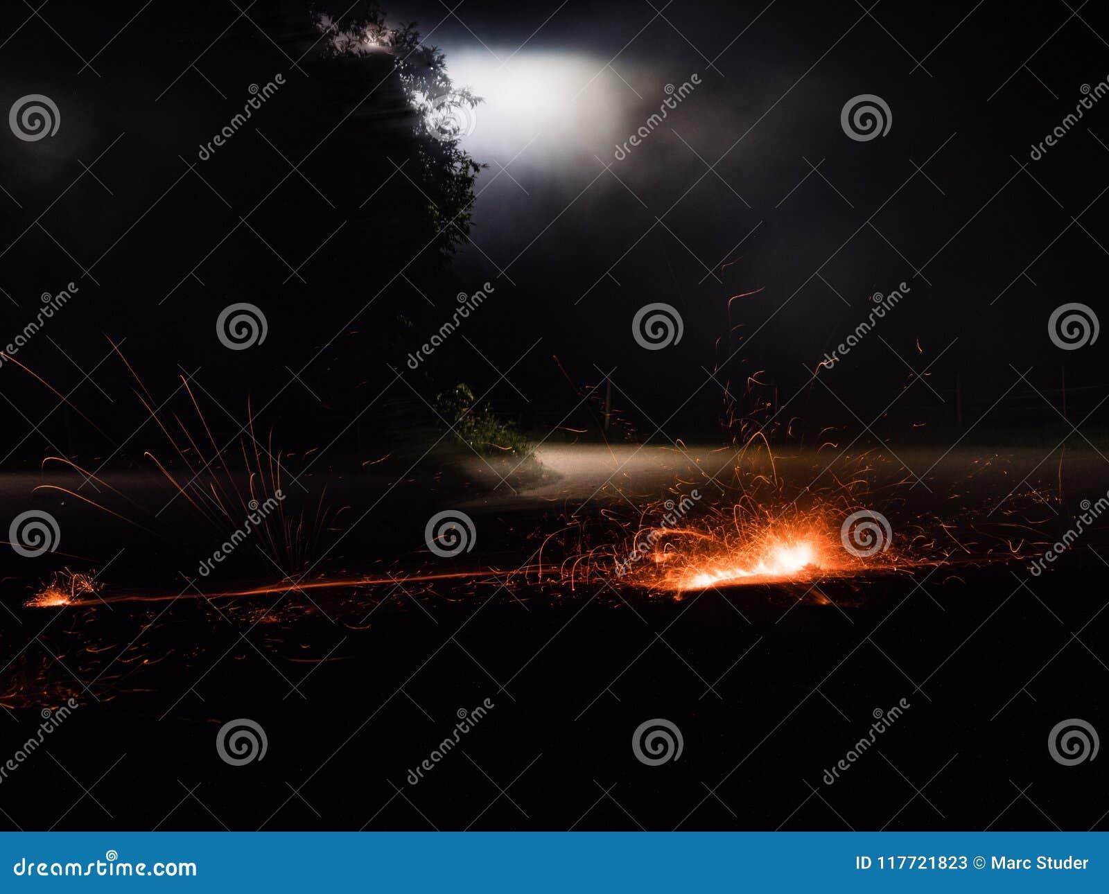Étincelles sur une rue pendant la nuit