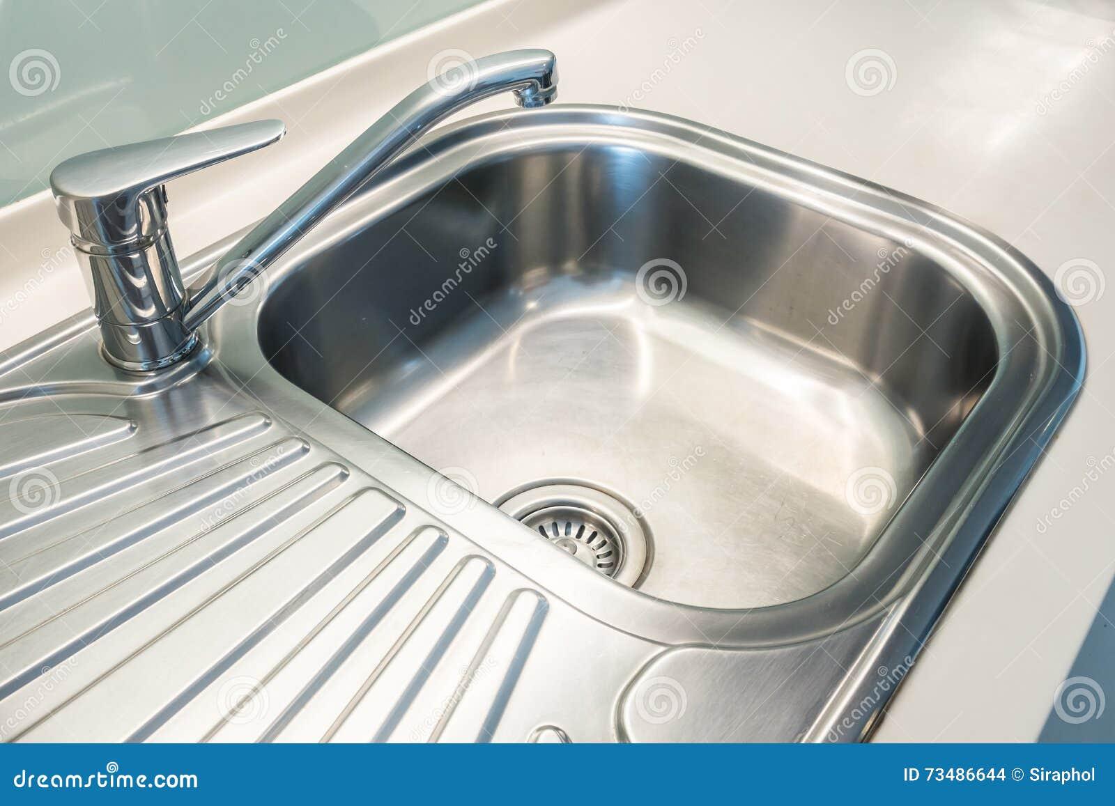 Lévier et leau de robinet tabulent la décoration dans lintérieur de chambre de cuisine