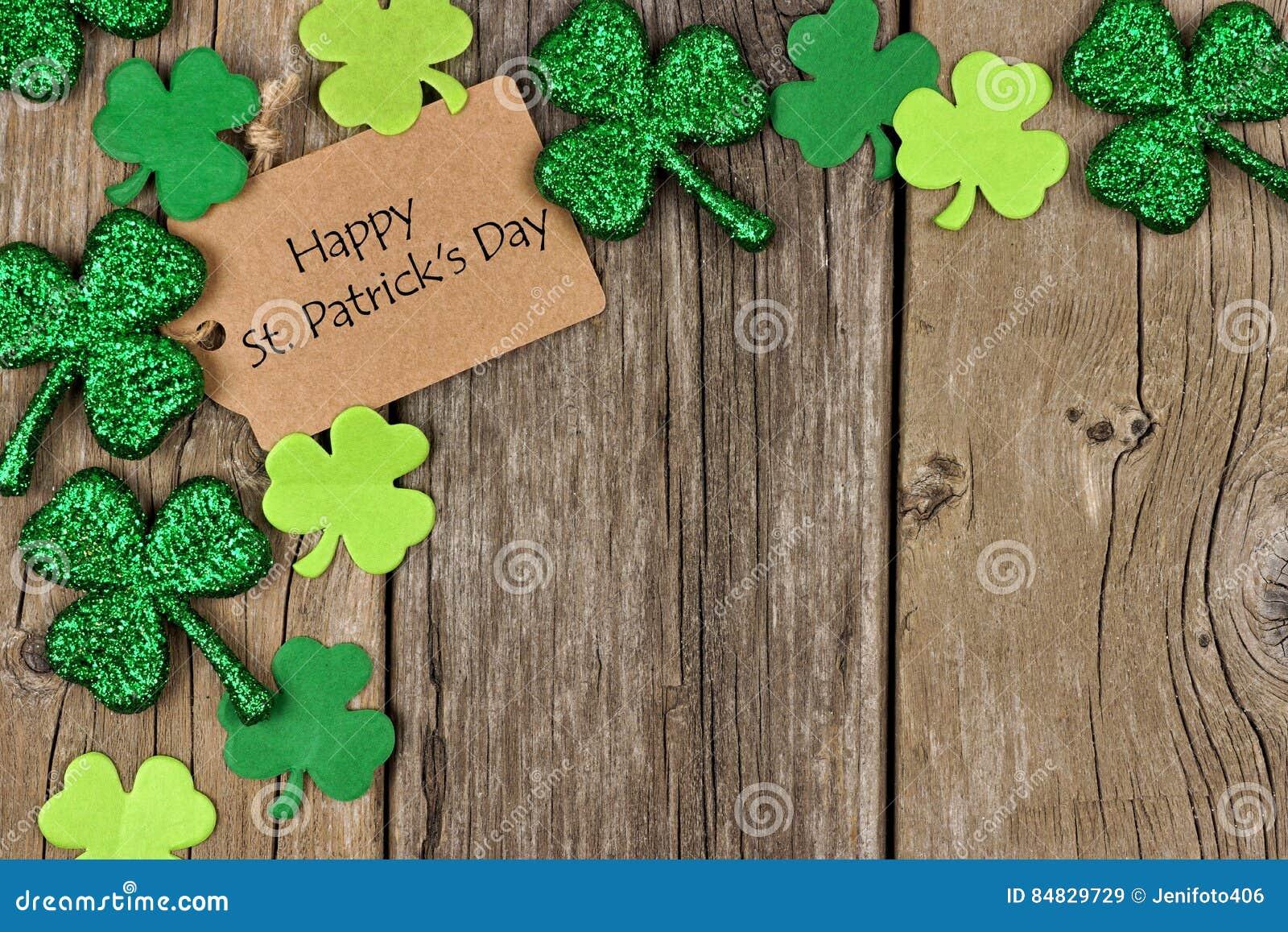 Étiquette heureuse de jour de St Patricks avec la frontière de coin d oxalide petite oseille