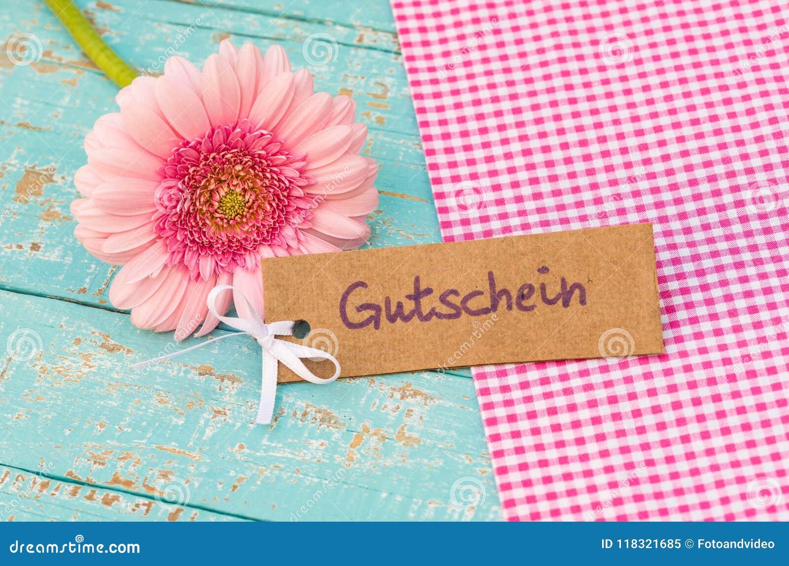 Étiquette rose de fleur avec le mot allemand, le Gutschein, le bon de moyens ou le bon pour l anniversaire ou l anniversaire