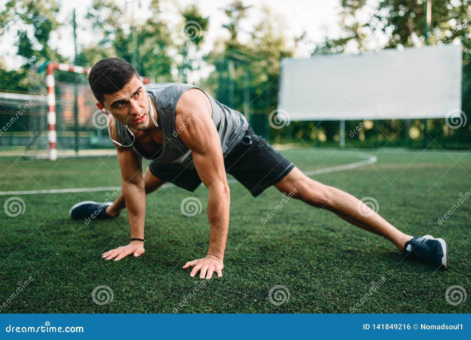 Étirage de l exercice sur la séance d entraînement extérieure de forme physique