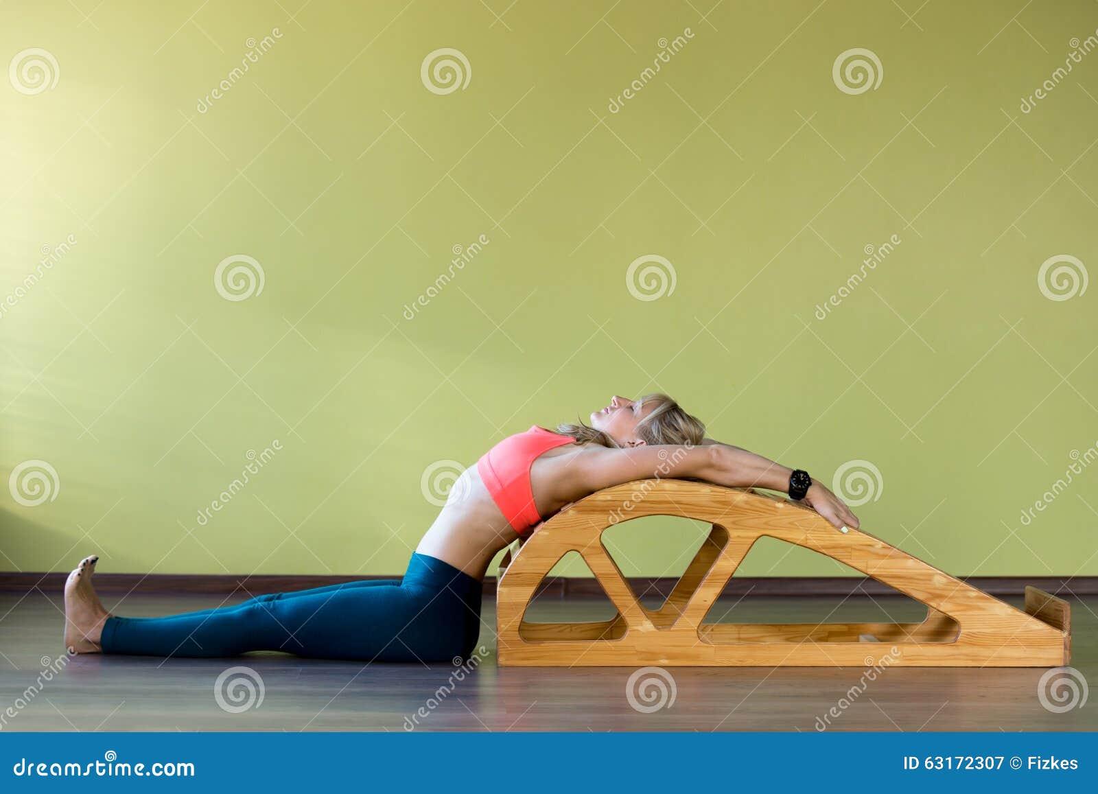étirage Des Exercices Sur Le Banc De Salto De Yoga Image Stock