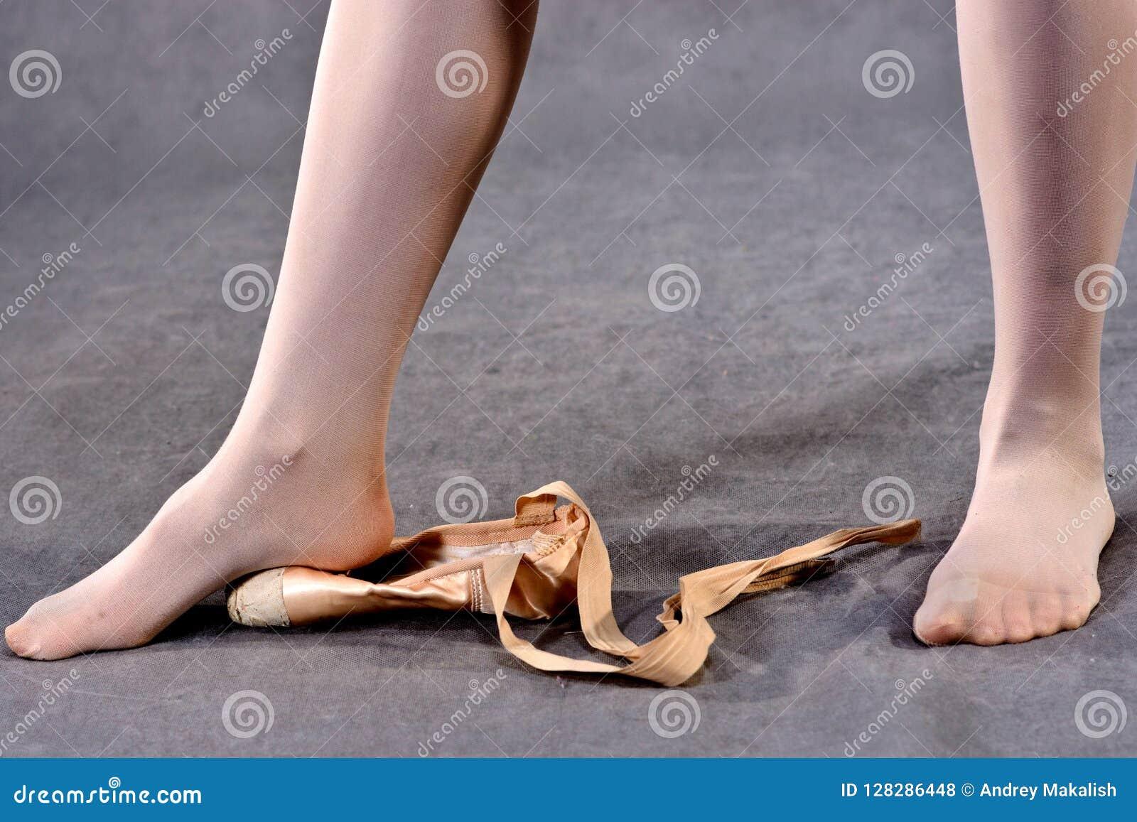 Étirage des pieds dans des chaussures de Pointe