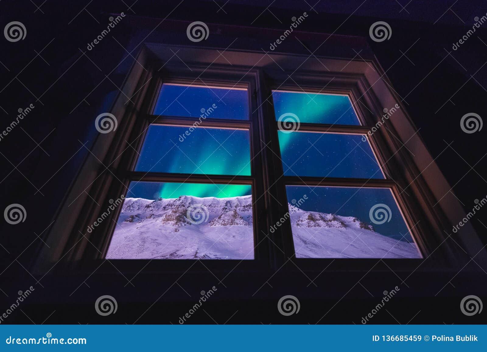Étoile arctique polaire de ciel de borealis de snowscooter de l aurore de lumières du nord en Norvège le Svalbard dans Longyearby