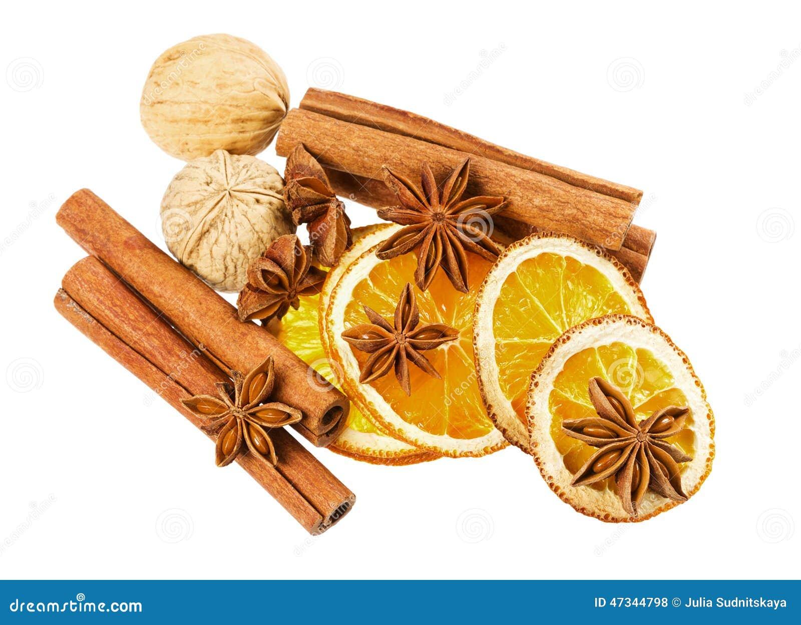 Étoile d anis, bâtons de cannelle, noix et orange sèche d isolement sur le fond blanc