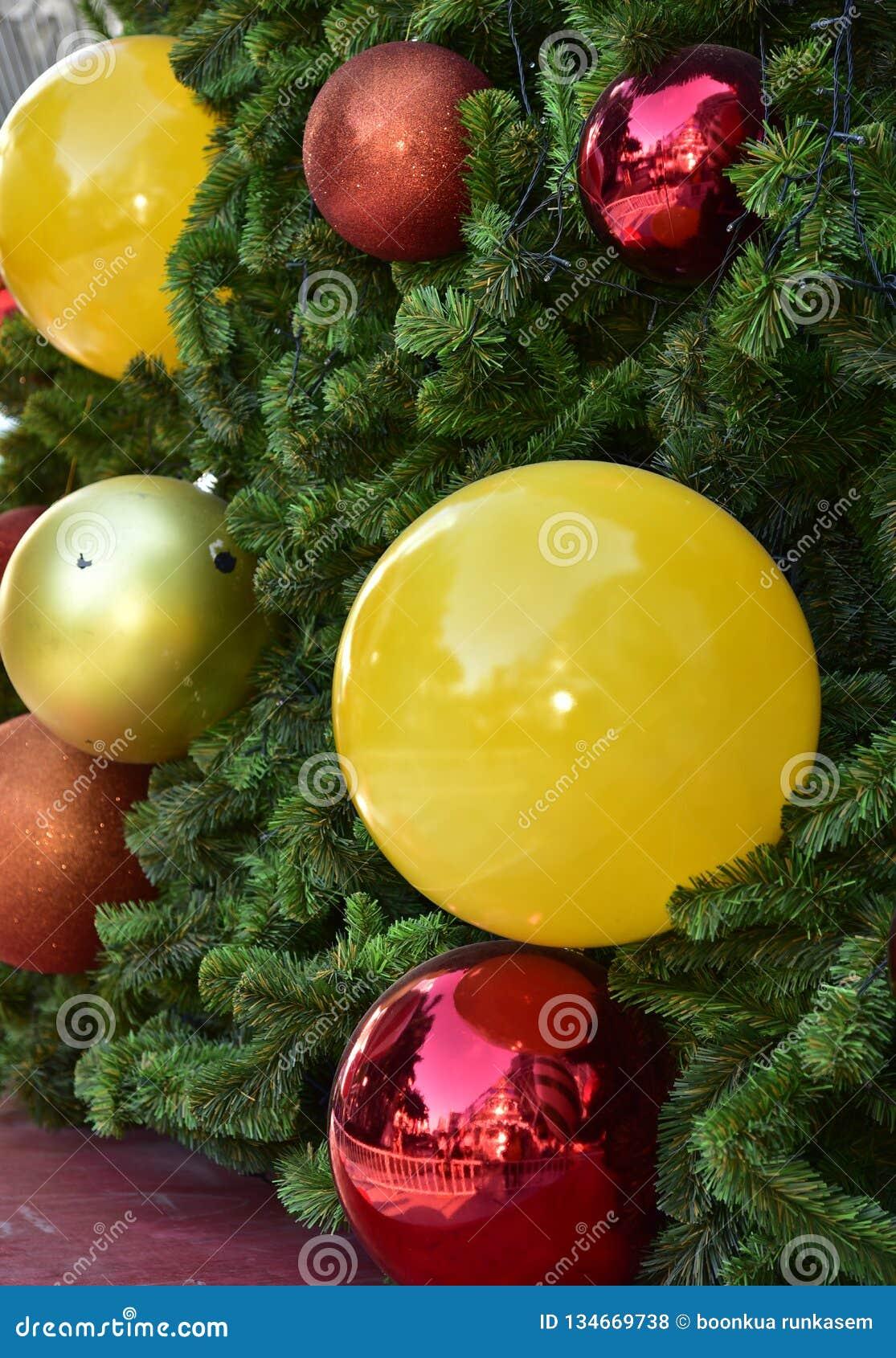 Étoile rouge de ballon de boîte-cadeau d arbre de Noël de babiole de plan rapproché