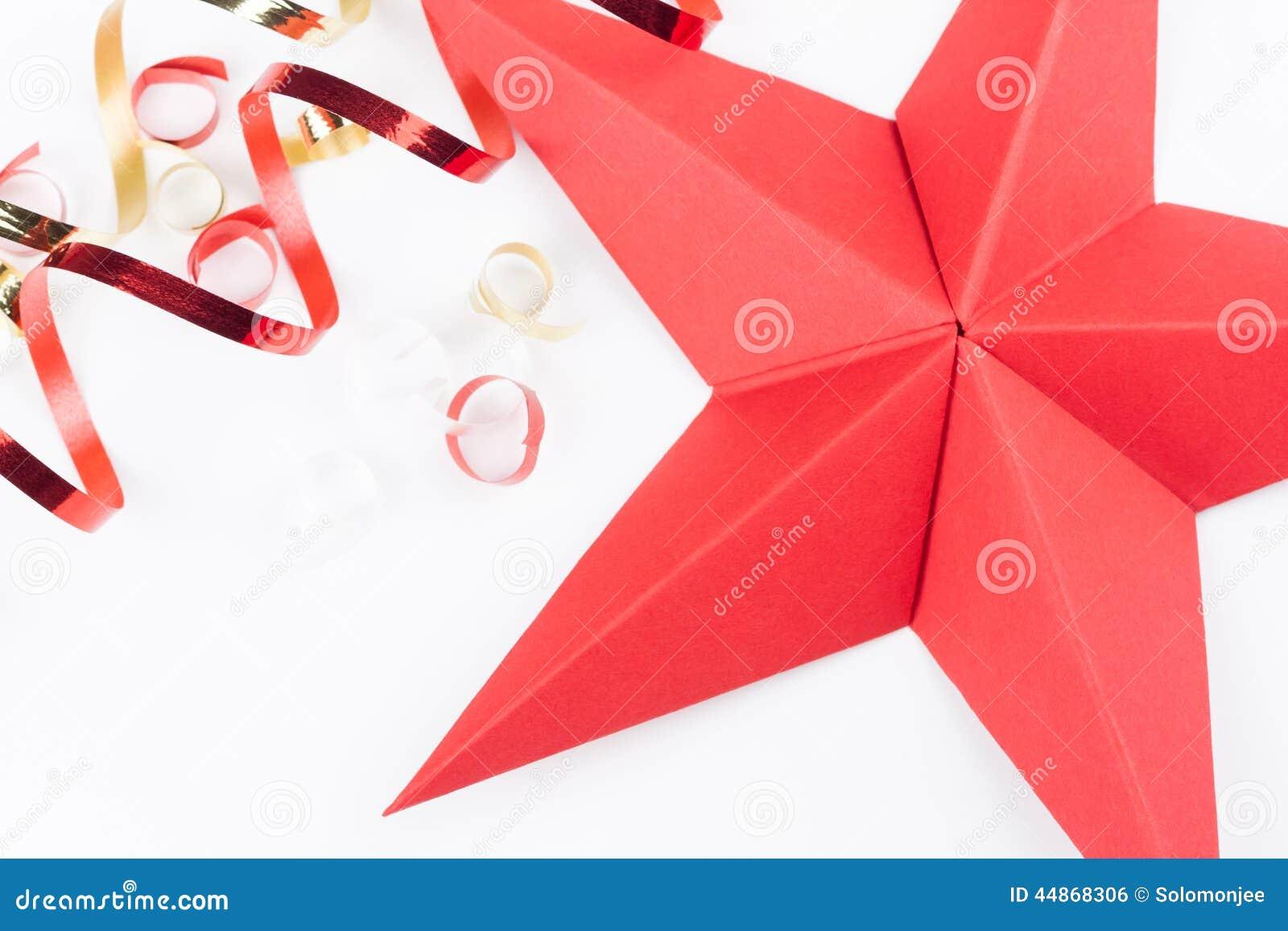 Une étoile rouge de Noël dorigami sur un fond blanc avec les bandes ...