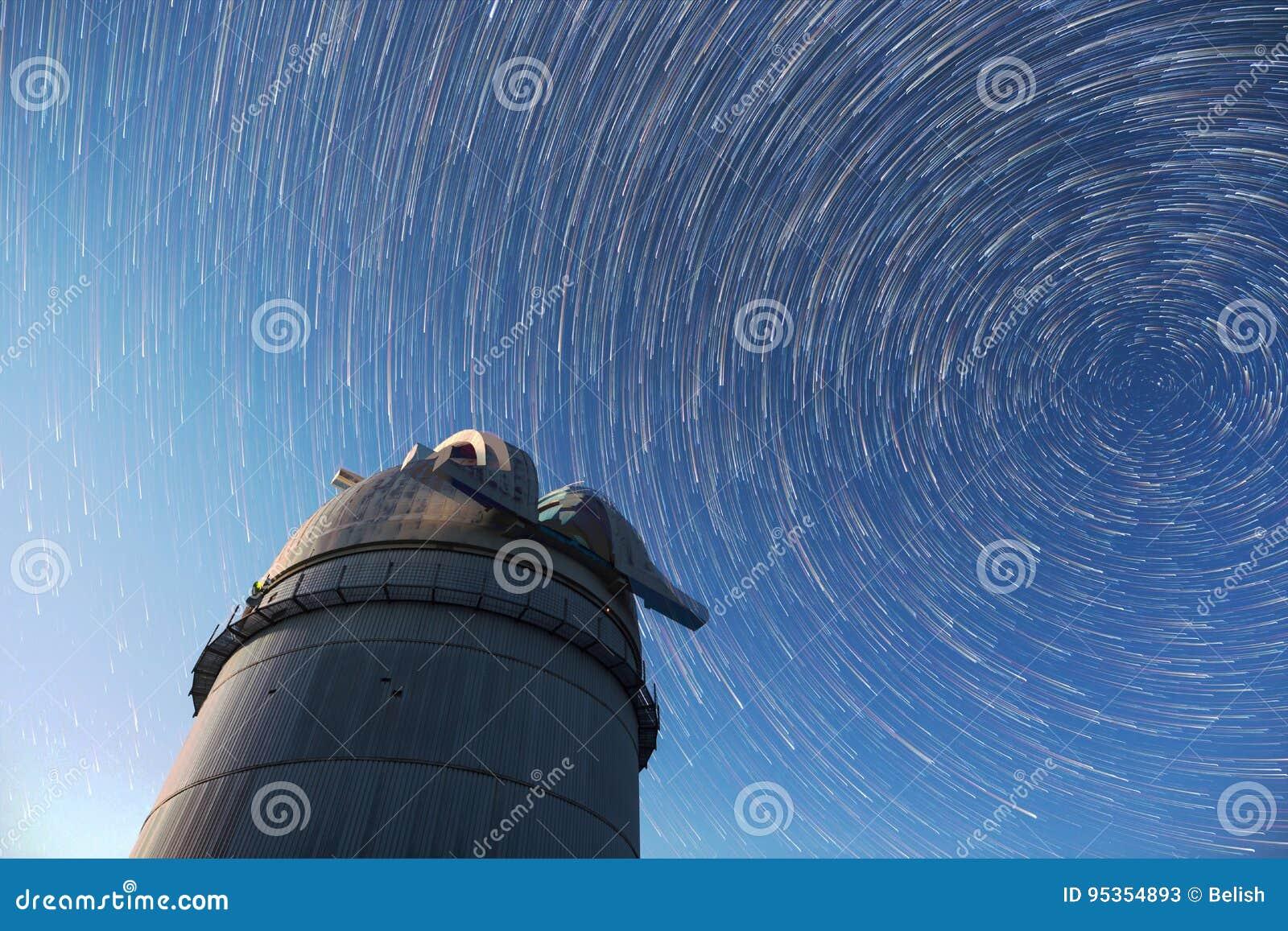 Étoiles astronomiques de ciel nocturne d observatoire Timelapse dans le mod de comète