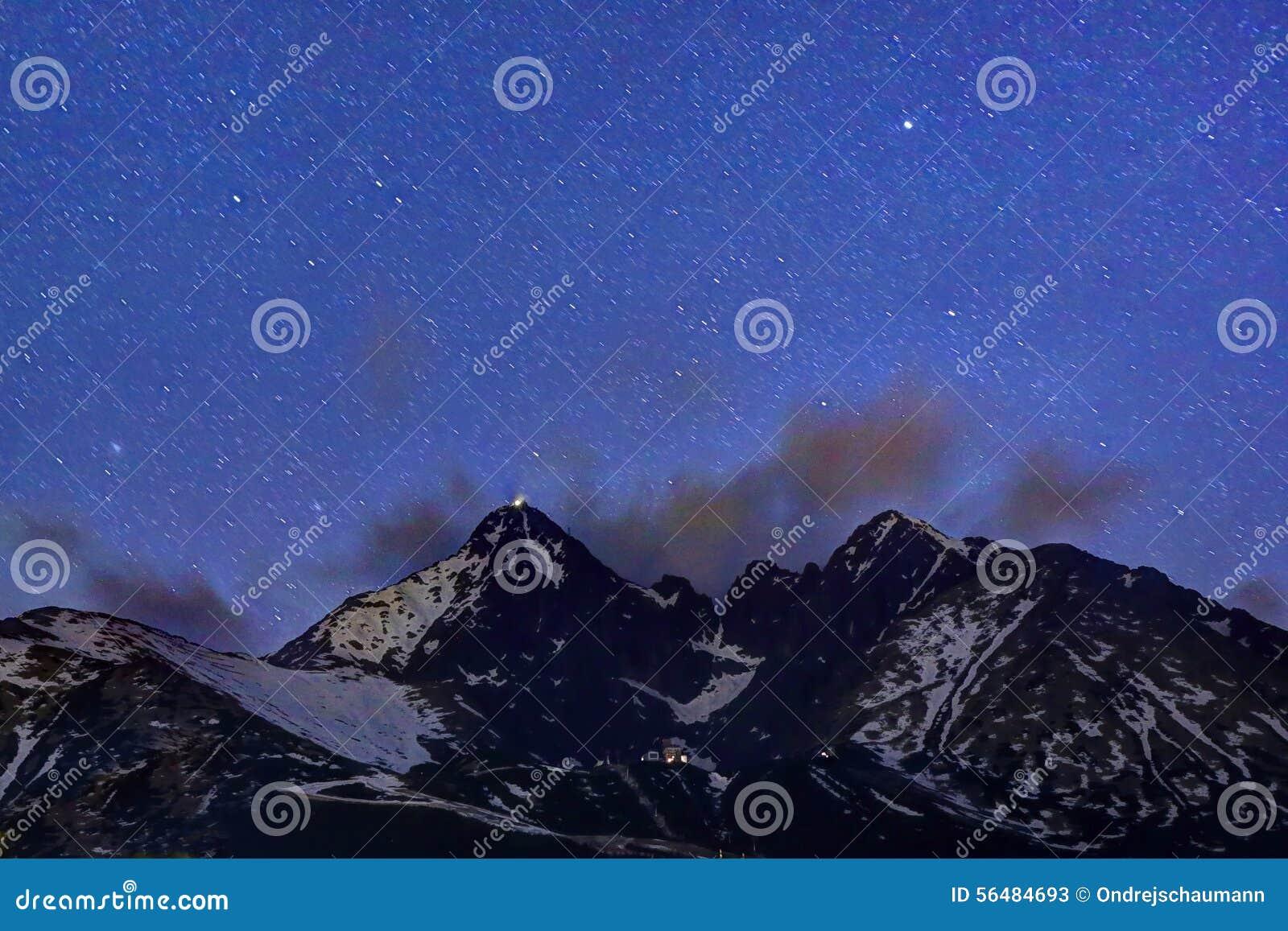 Étoiles au-dessus des montagnes