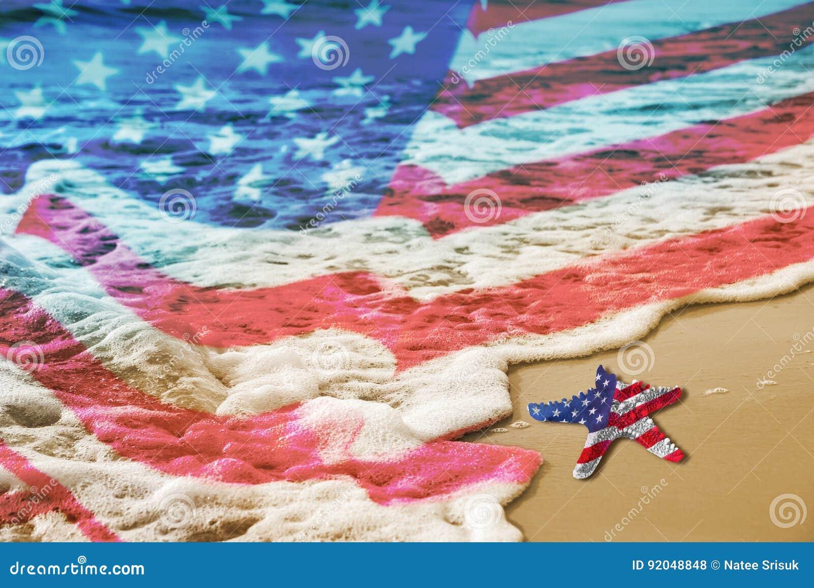 Étoiles de mer avec le drapeau des Etats-Unis sur la plage sablonneuse pour le concept de Fête du travail