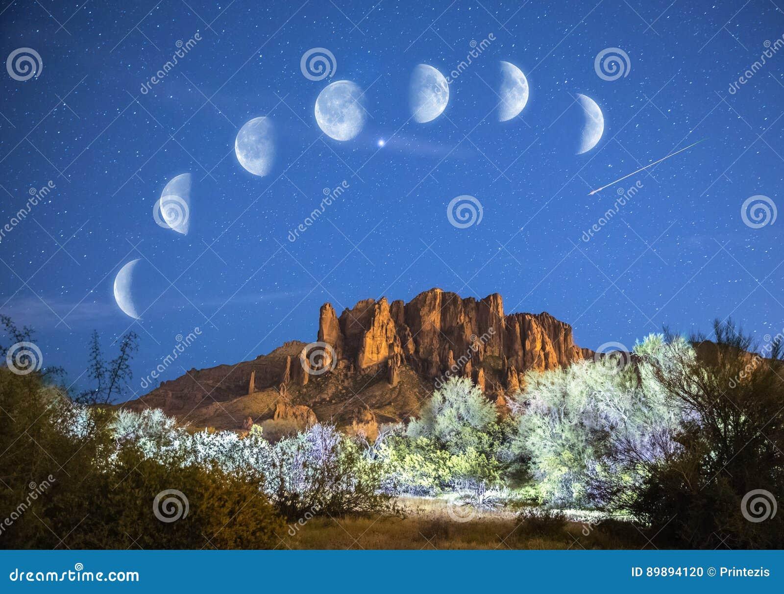 Étoiles et phases de lune au-dessus des montagnes de superstition en Arizona