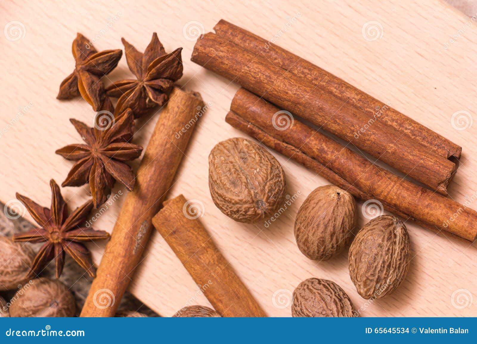 Étoiles, noix de muscade et cannelle d anis