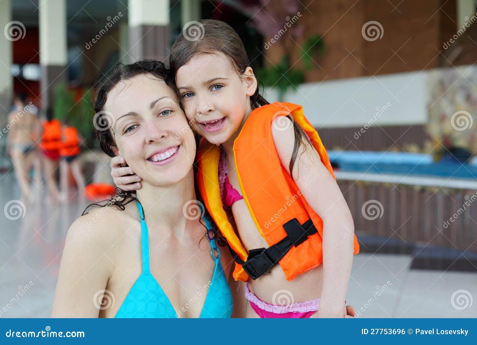 Étreinte de mère et de descendant après la natation