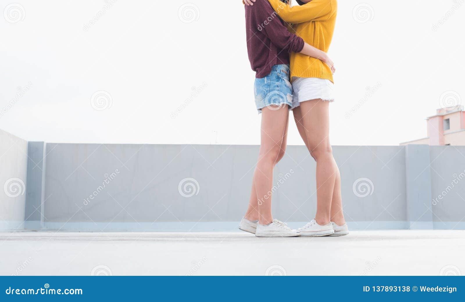 Étreinte et baiser de couples de la lesbienne LGBT de l Asie sur le dessus de toit du bâtiment avec le moment de bonheur