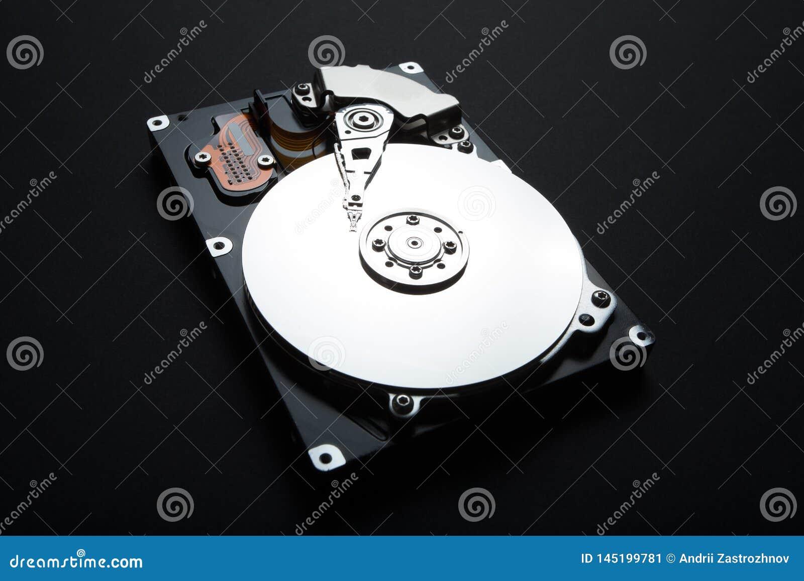 Étroitement de démontez l unité de disque dur du PC, hdd avec l effet de miroir