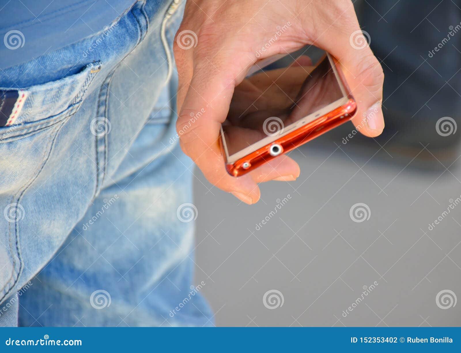 étroitement de la main d un homme tenant son téléphone entre son doigt La main de l homme est au sien de retour Il n est non util