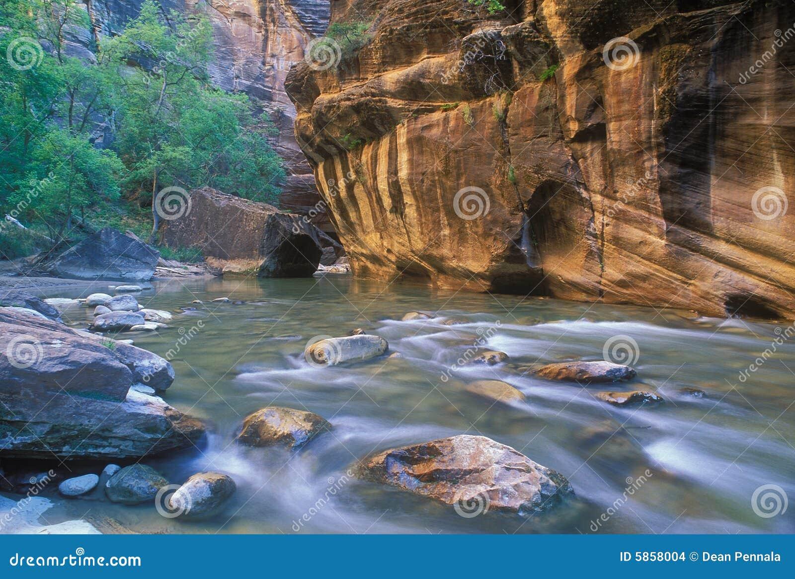 Étroits de fleuve de Vierge