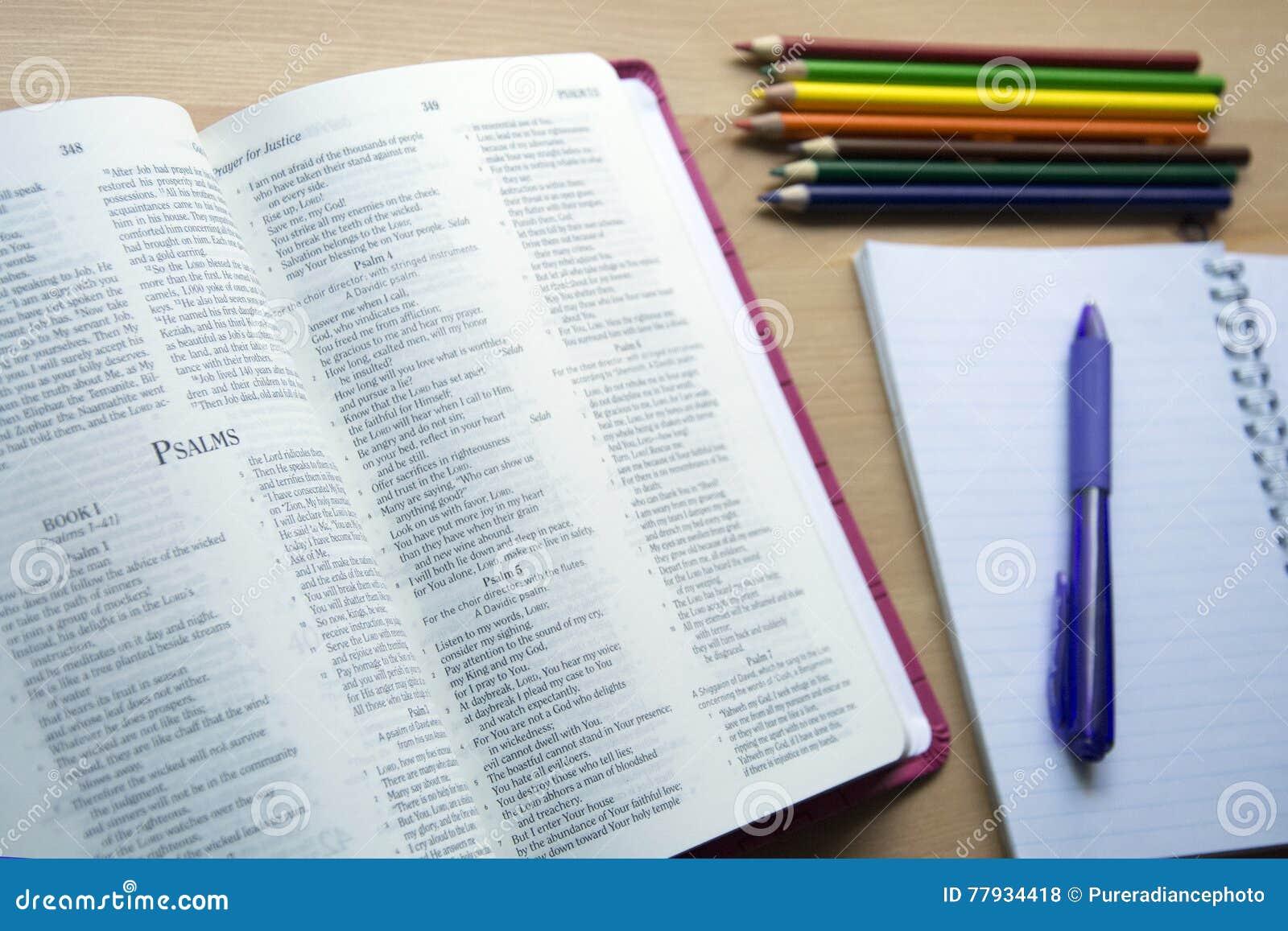 Étude de bible de psaumes avec le stylo