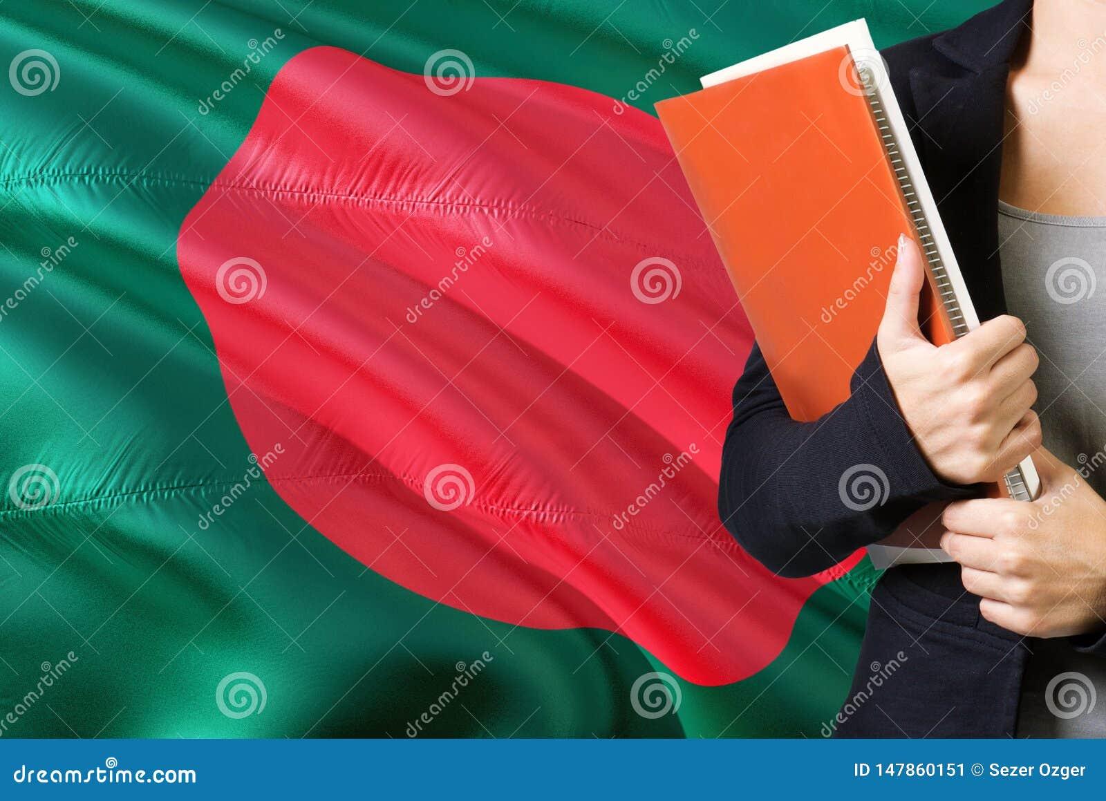 Étude du concept bangladais de langue Position de jeune femme avec le drapeau du Bangladesh à l arrière-plan Professeur tenant de