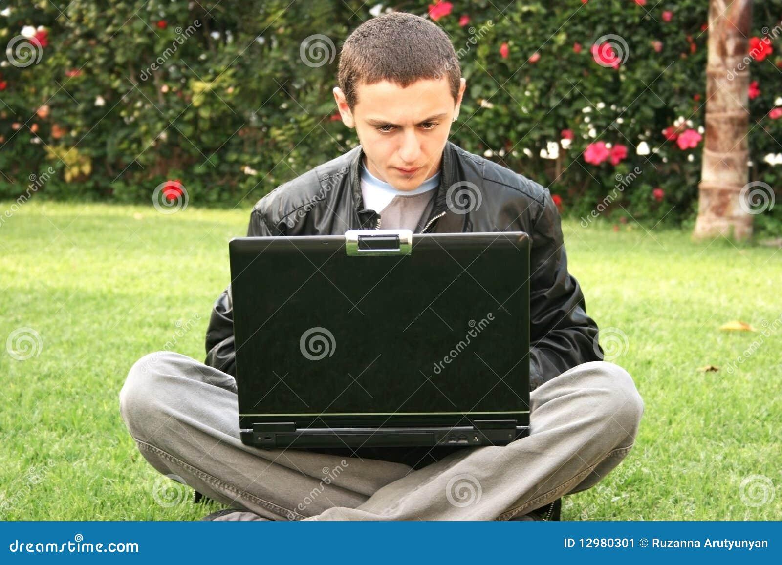 Étudiant à l aide de l ordinateur portatif