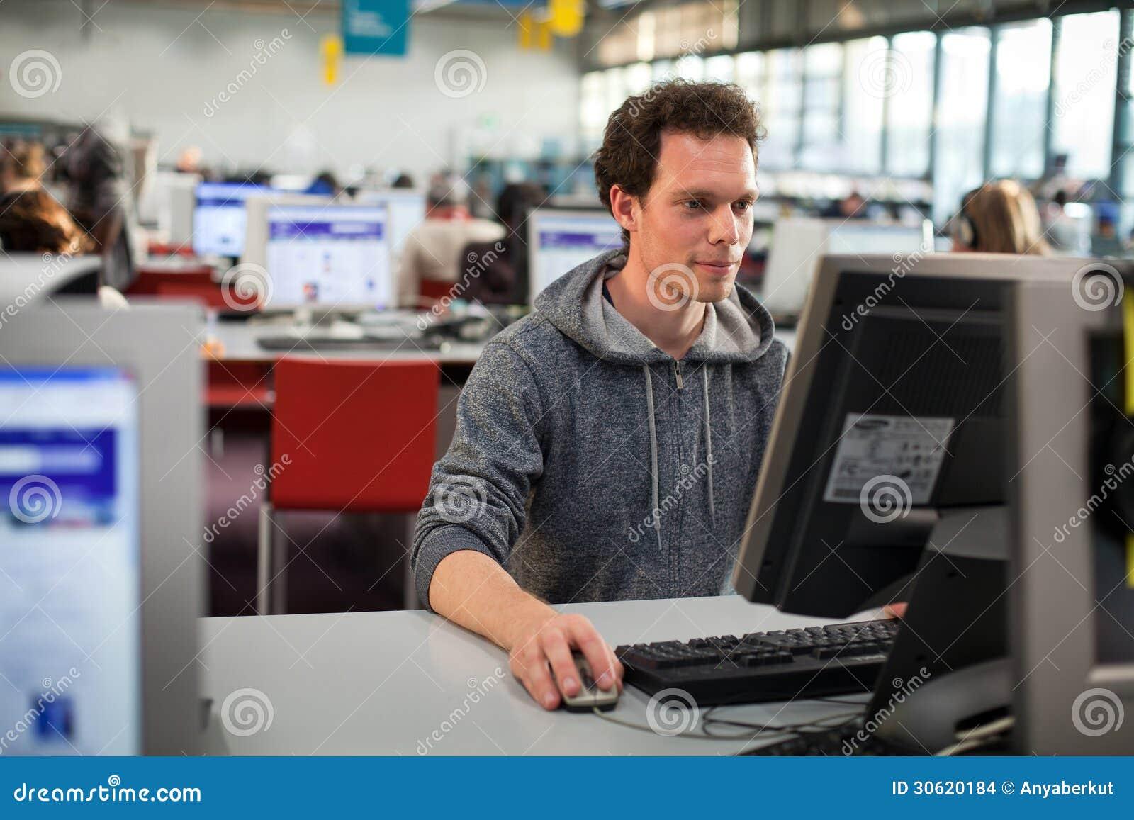 Étudiant à l ordinateur
