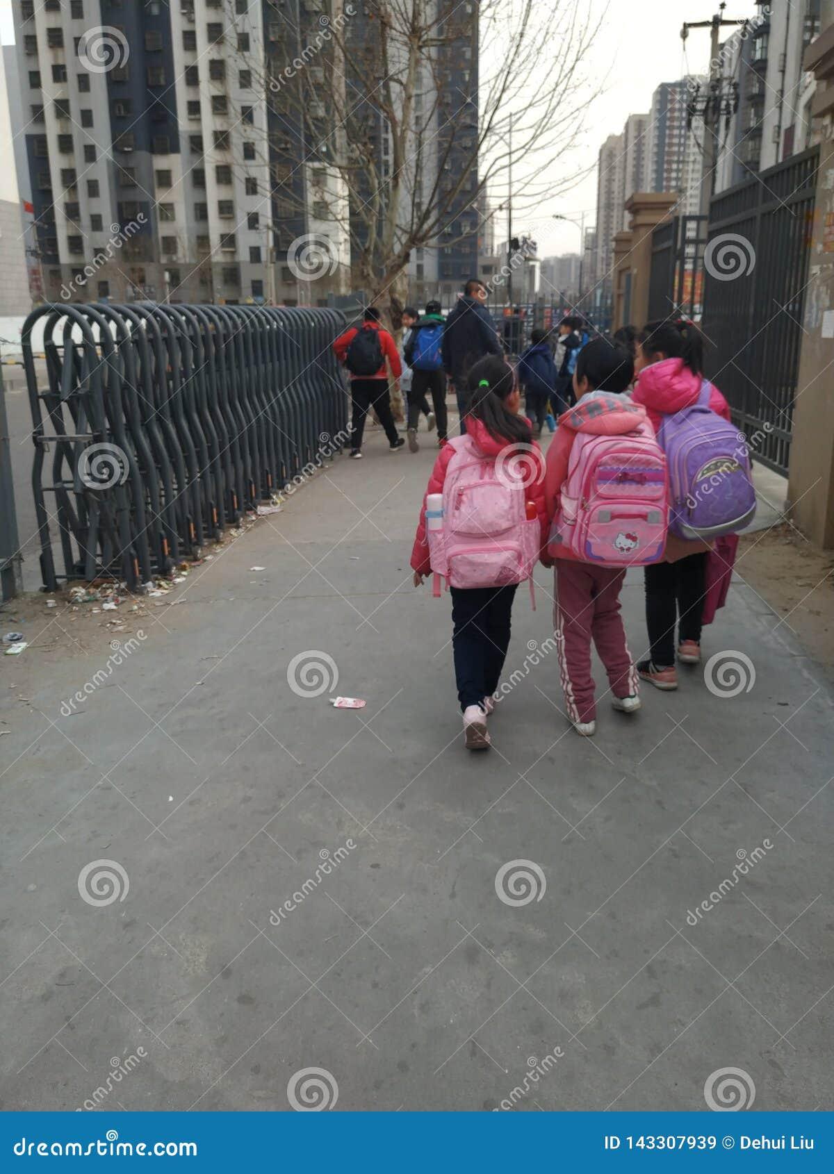 Étudiant d école primaire sur la route