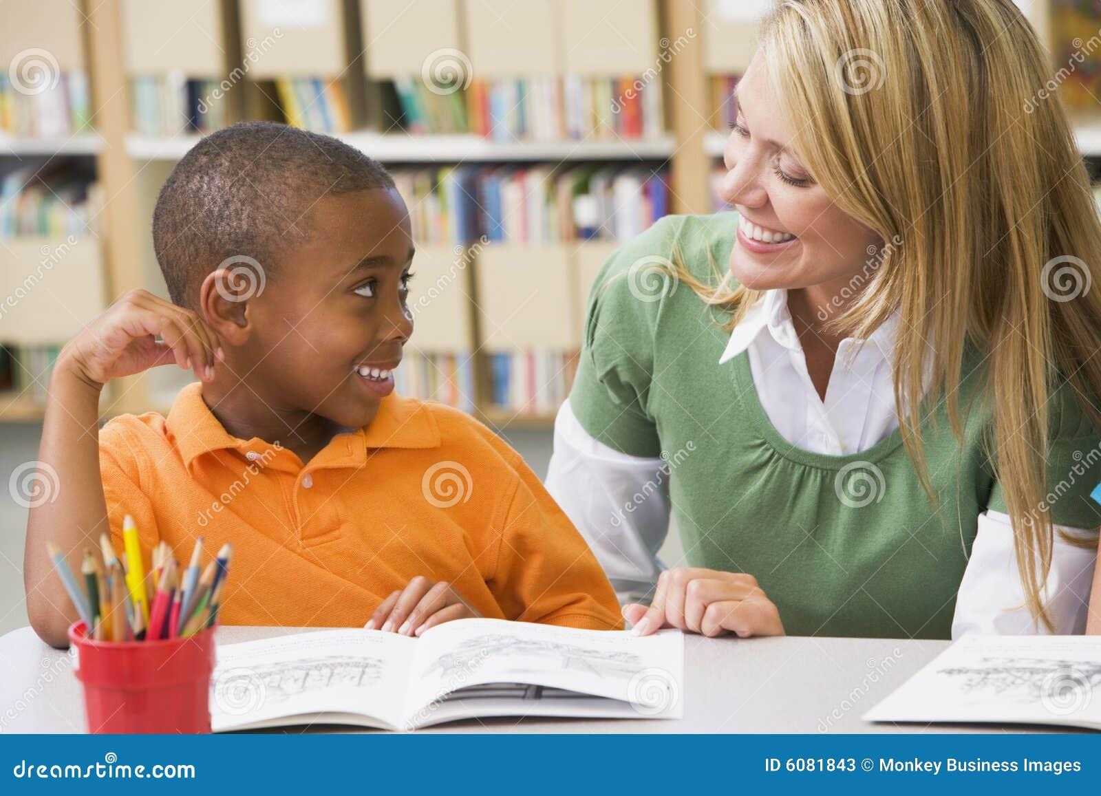Étudiant de aide de professeur avec des qualifications de relevé