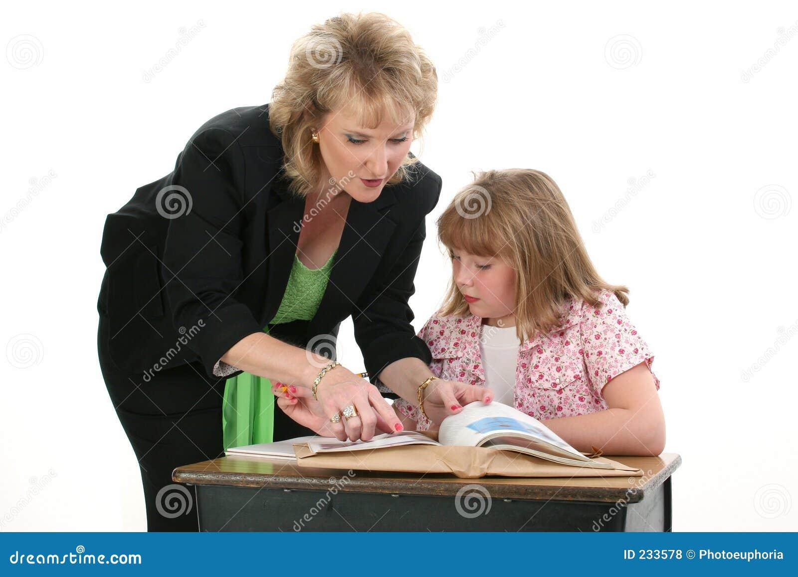 Étudiant de aide un de professeur sur un