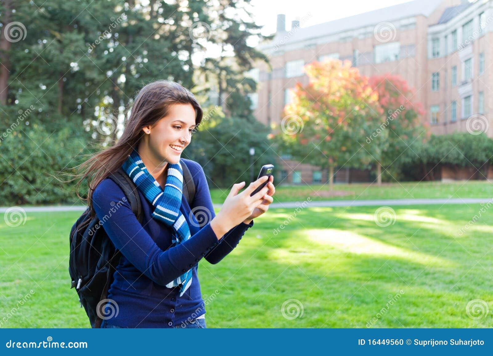 Étudiant de chemin mélangé texting
