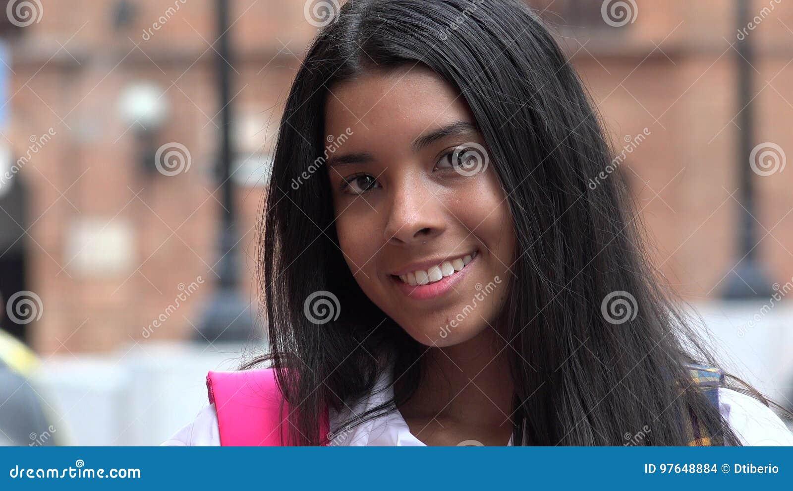 Étudiant de l adolescence féminin assez de sourire