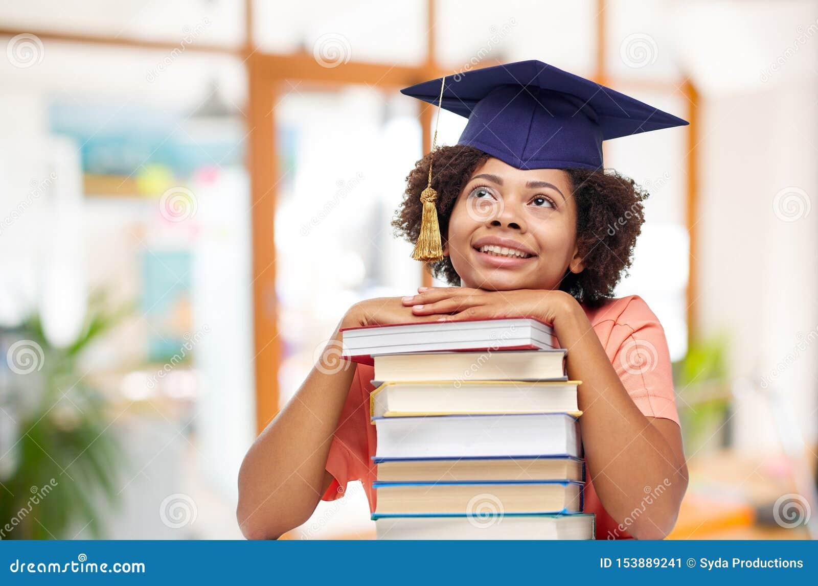 Étudiant de troisième cycle d afro-américain avec des livres