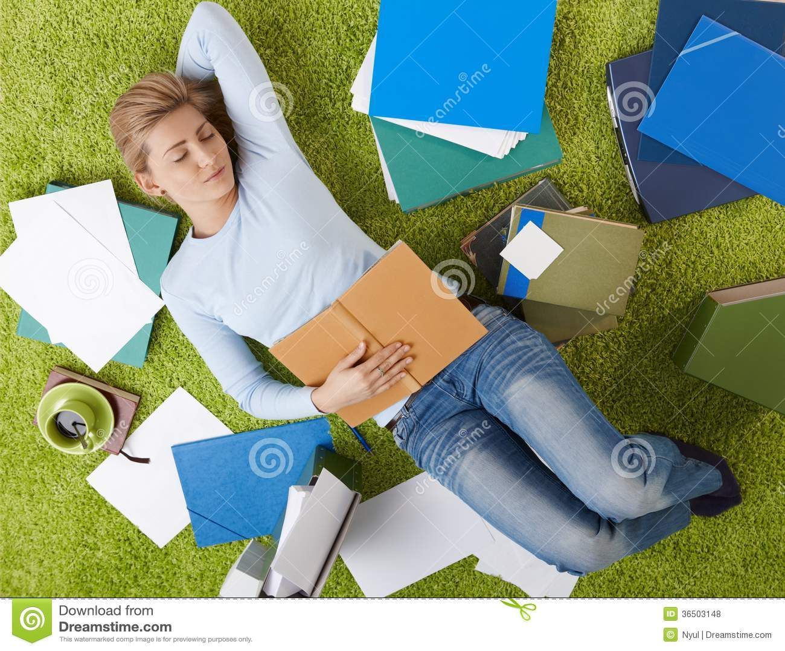 Étudiant dormant à la maison