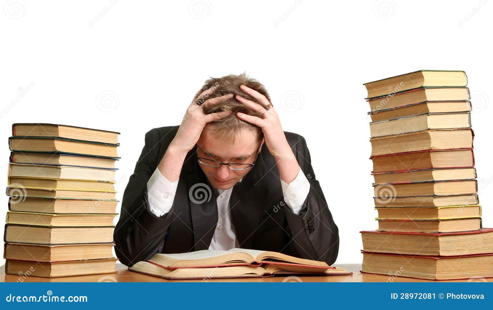 Étudiant ennuyé et fatigué après dur labeur