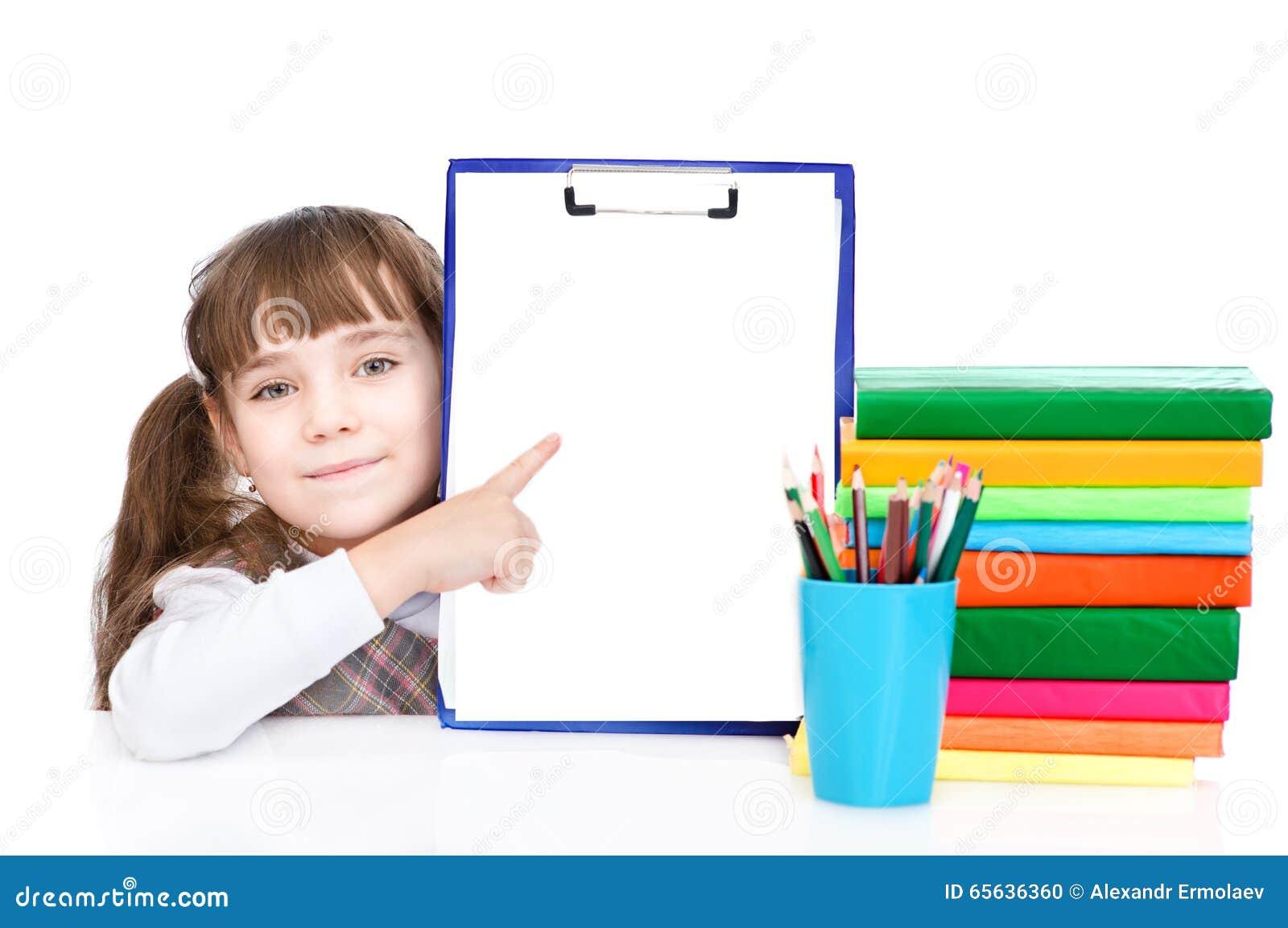 Étudiant futé assez jeune se dirigeant vers le blanc D isolement sur le blanc