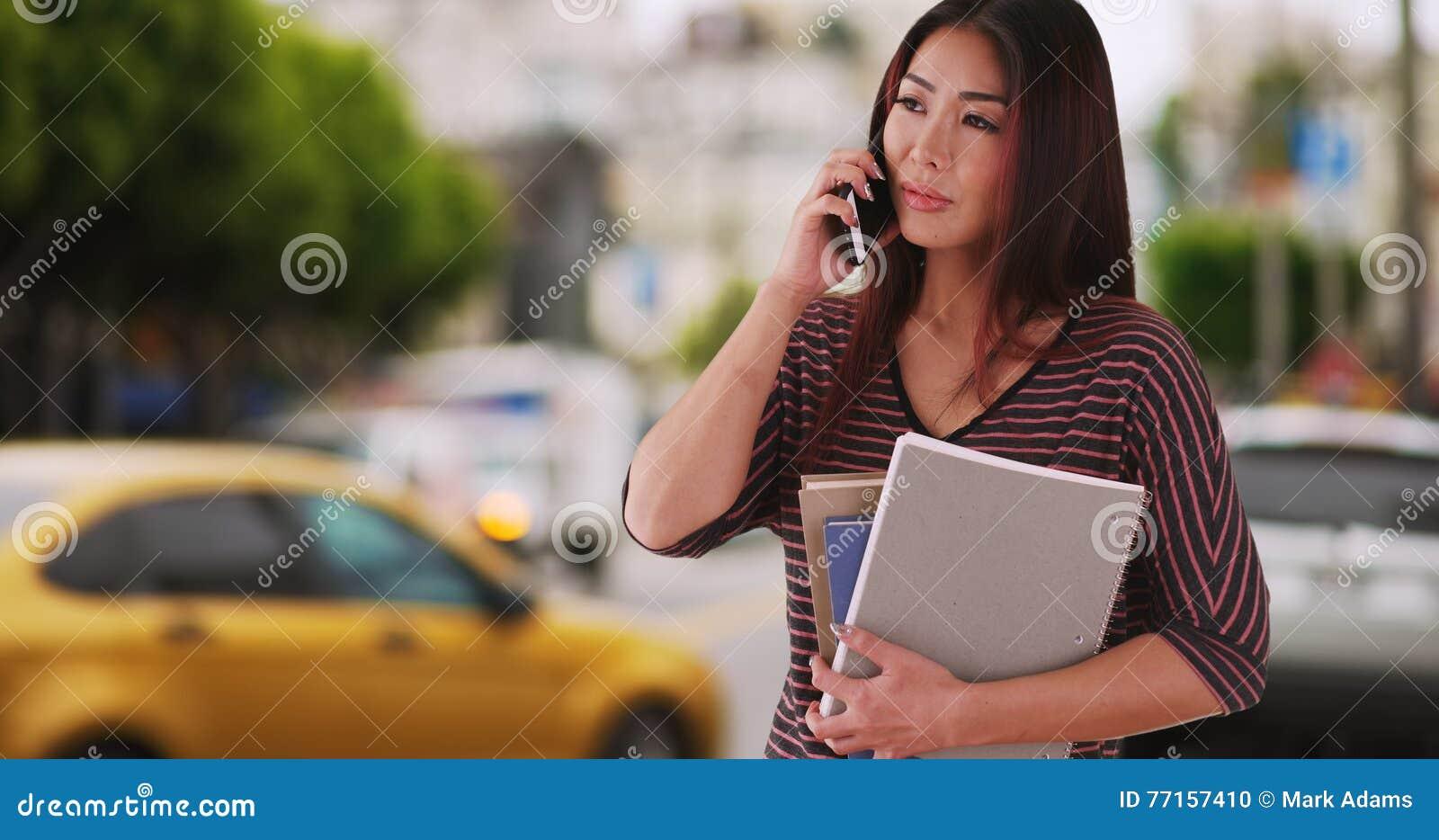 Étudiant japonais se tenant prêt la rue attendant un tour