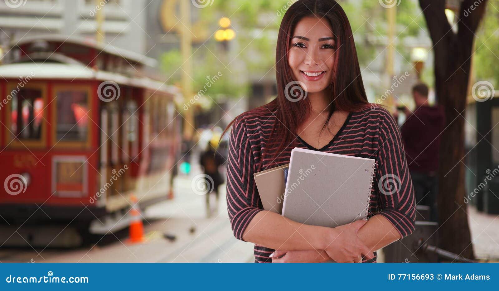 Étudiant japonais souriant à l appareil-photo
