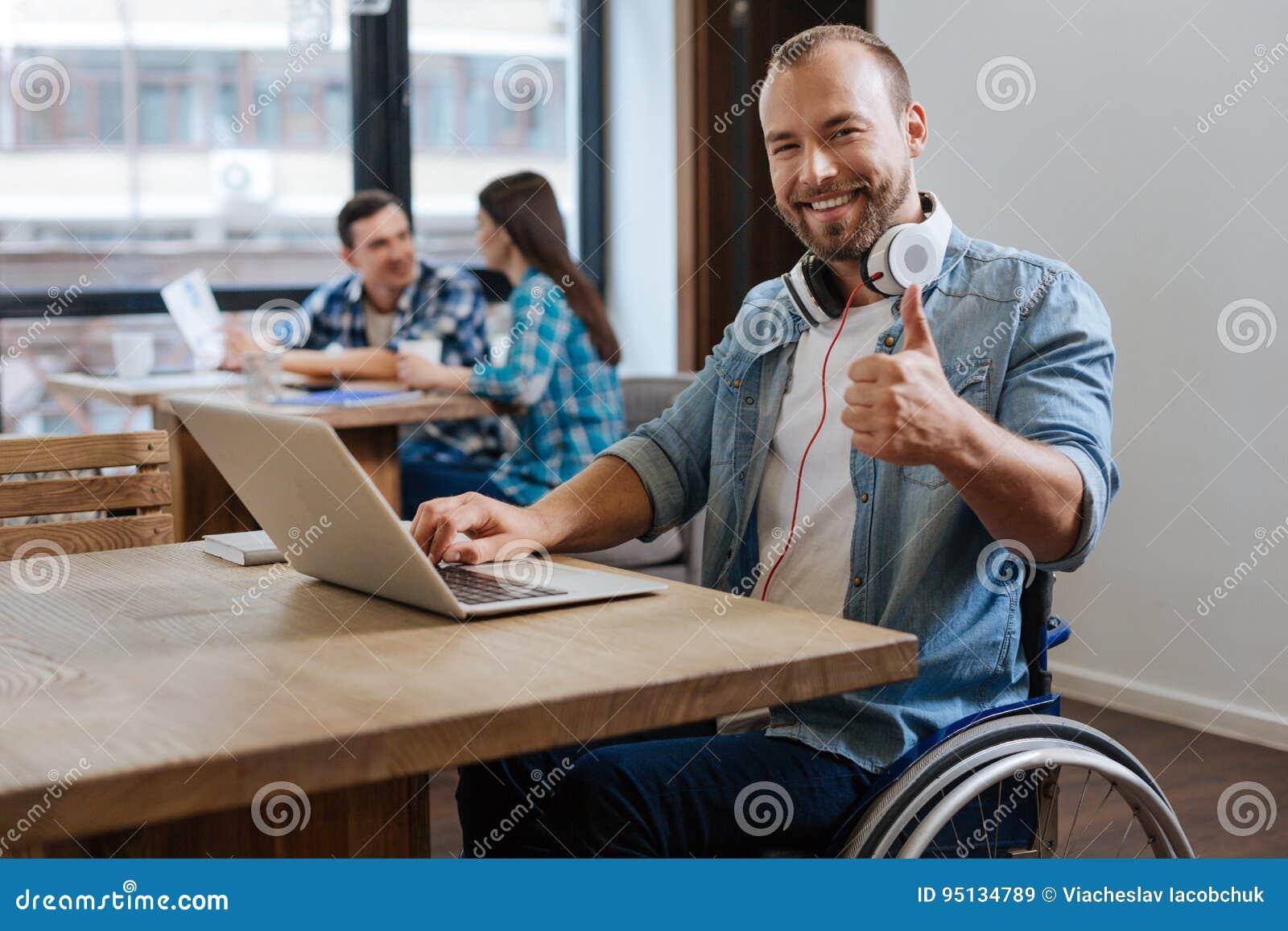 Étudiant productif intrigué visitant le nouvel espace de travail