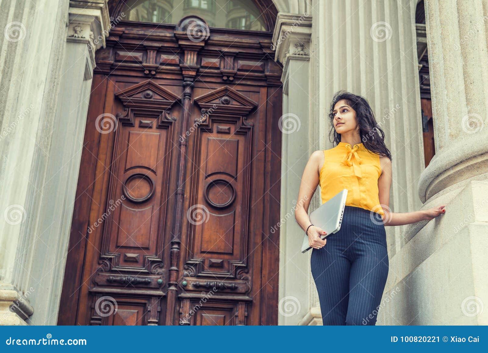 Étudiant universitaire américain d Indien est de jeunes étudiant à New York